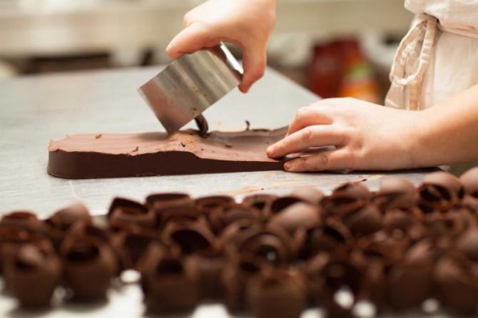 preparing_chocolate_spirals_for_chocolate_cake
