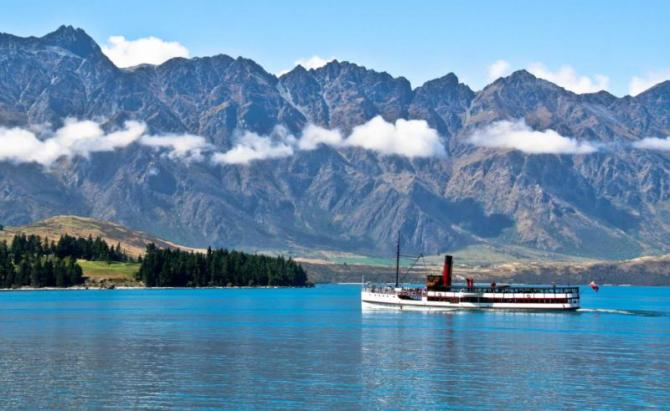 steamship_sailing_in_front_of_remarkable_mountains_in_queenstown_new_zealand