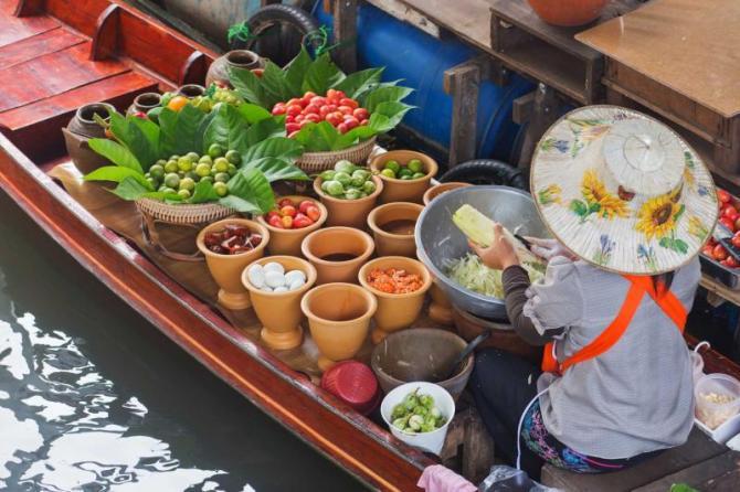 thailand_a_woman_selling_papaya_salad_bangkok_floating_market