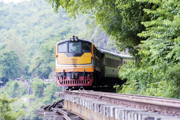 thailand_kwai_river_in_kanchanaburi_border_of_thailand-myanmar_important_landmark_train