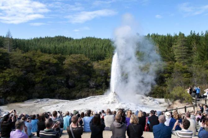 tourists_watching_erupting_lady_knox_geysir_in_wai-o-tapu_rotorua_new_zealand_0
