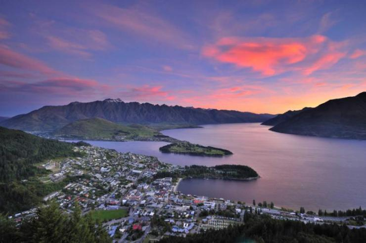 view_of_queenstown_new_zealand_at_dusk_from_skyline